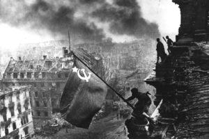 Reichstag'da Dalgalanan Sovyet Bayrağı