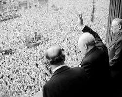 Churchill halkı selamlarken