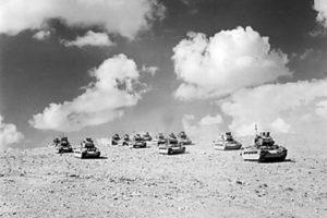İngiliz Matilda tankları Tobruk'a ilerliyor