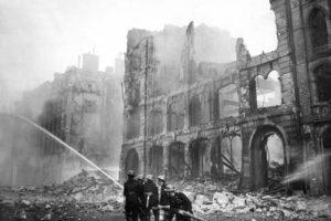 Bombalanan Londrayı söndürmeye çalışan itfaiye erleri