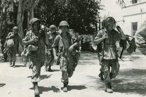 Sicilya'ya indirme yapmış paraşütlü askerler